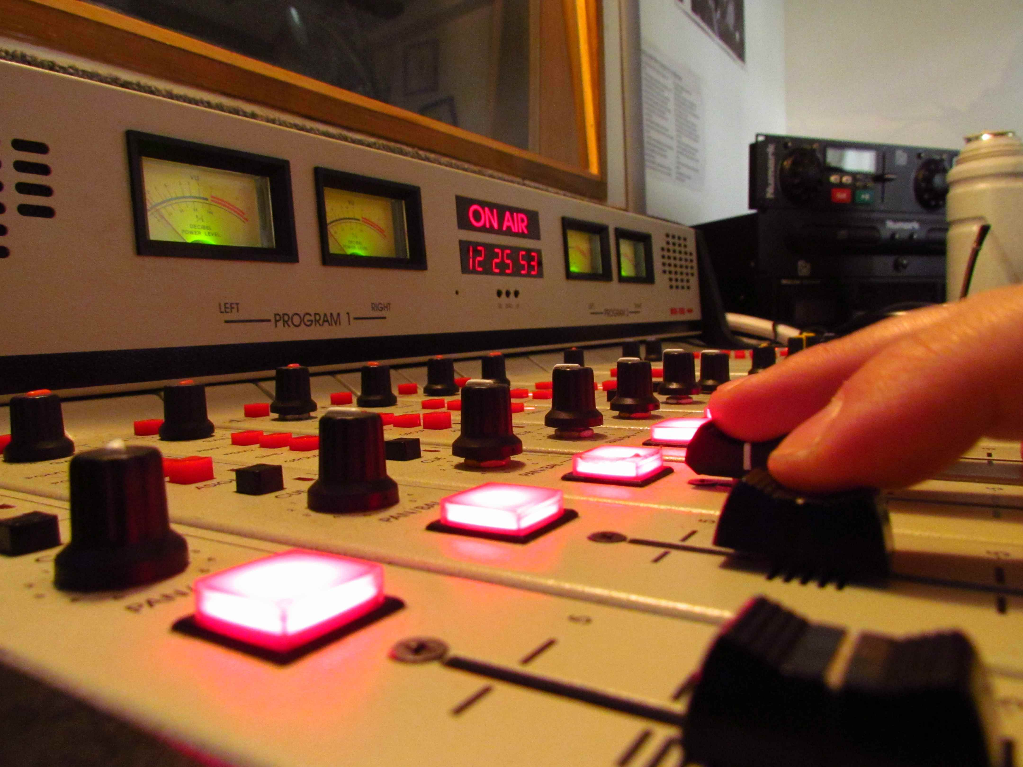CAinfo Y APU Presentaron Nueva Prueba Por Compra Irregular De Radios En Colonia